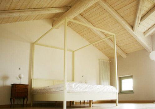 camera con letto a baldacchino tetto in legno a vista impresa edile rec